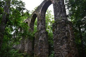 This aqueduct was constructed in1892 using stones and whale's oil. It continues to carry water from the Abraao stream headwater to the Lazareto. A small dam built above the aqueduct still supplies the Abraao village today